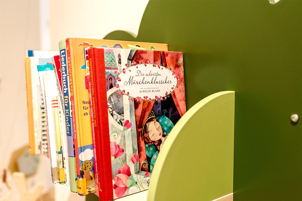 Lila Haus | Bücherbaum